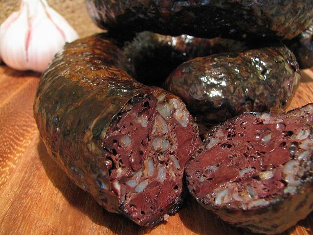 Кто первым придумал рецепт кровяной колбасы - сейчас уже не определить.  Однако известно, что она была одним из...