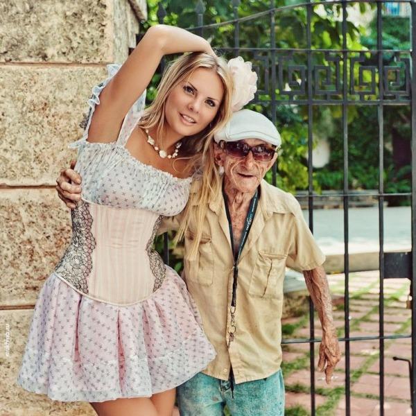 Фото старик и девушка