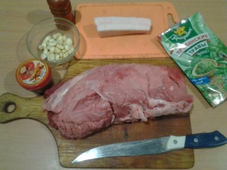 В процессе разделки...  В кусмане мяса делаем надрезы и шпигуем его чесноком и порезанным небольшими кусочками салом.
