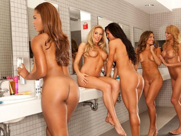 Скачать обои для рабочего стола девушки, голые, попы, грудь, ванна.