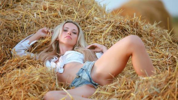 Смотреть онлайн порно в жопу на сеновале, мастурбация женская эми адамс
