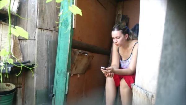 С подругой в деревенском туалете