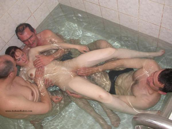 дамы, для трое пожилых мужиков и одна баба в бане папа