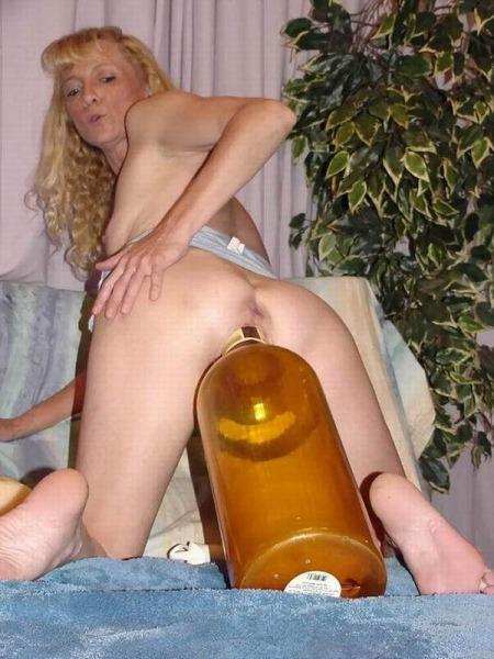 фото женщина запихал бутылку - 7