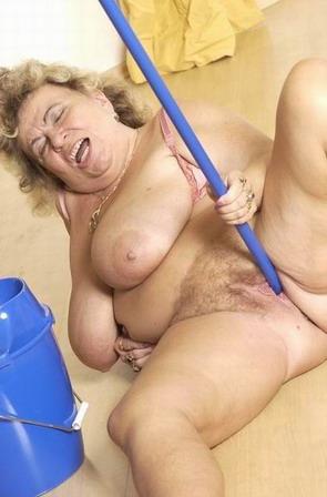 Она мастурбирует шваброй фото